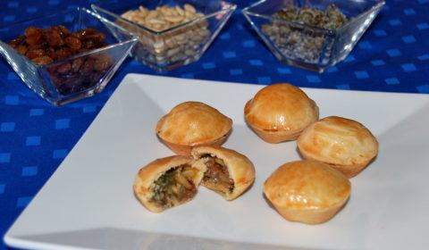 mini pizze di scarola con frolla semidolce, pinoli di San Rossore, uvetta e capperi di Pantelleria.