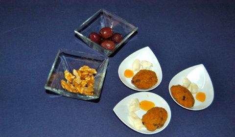 piccole maddalene con noci di Sorrento e olive al forno, accompagnate da gorgonzola e miele di castagno