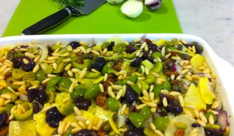 gratin di patate , cipolle dorate e rosse, con capperi, olive verdi e di Gaeta uva passa e pinoli