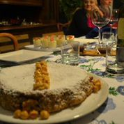 soffice torta alle nocciole e alle noci ,con noci e nocciole caramellateSENZA GLUTINE